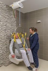 plafondlift_met_hulp_met_toiletband.jpg