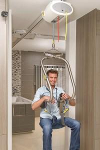 plafondlift_zelfstandig_met_tilbeugel_door_deuropening.jpg